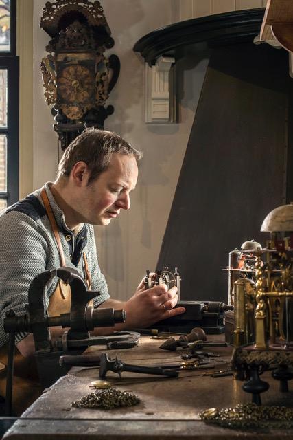 Klokmaker Freerk in het atelier van Museum Joure